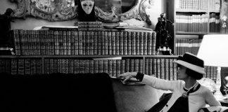 DOUGLAS KRKLAND Ritratto di Gabrielle Chanel sul suo divano Luglio 1962 Collezione Douglas Kirkland, Los Angeles — ©Douglas Kirkland