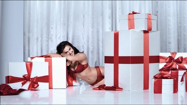 Irina Shayk: sexy nel video della collezione Natale Intimissimi 2016