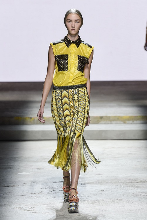 Sofisticati e iperfemminili, gli abiti floreali di Mary Katrantzou fashionpress.it