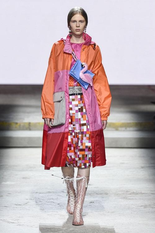 Sofisticati e iperfemminili, gli abiti floreali di Mary Katrantzou