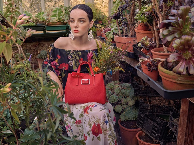 A greenhouse in Haslemere, in the heart of the English countryside, is the background for the new Blugirl Spring/Summer 2018 advertising campaign, shot by photographer Michelangelo Di Battista.