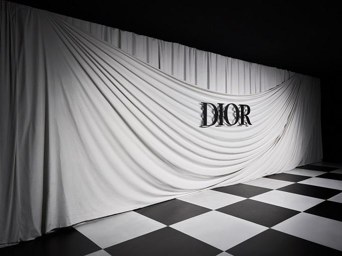 Illusioni ottiche e curiosità oniriche hanno punteggiato la sfilata Dior Haute Couture primavera-estate 2018, presentata al Minsheng Museum di Shanghai.