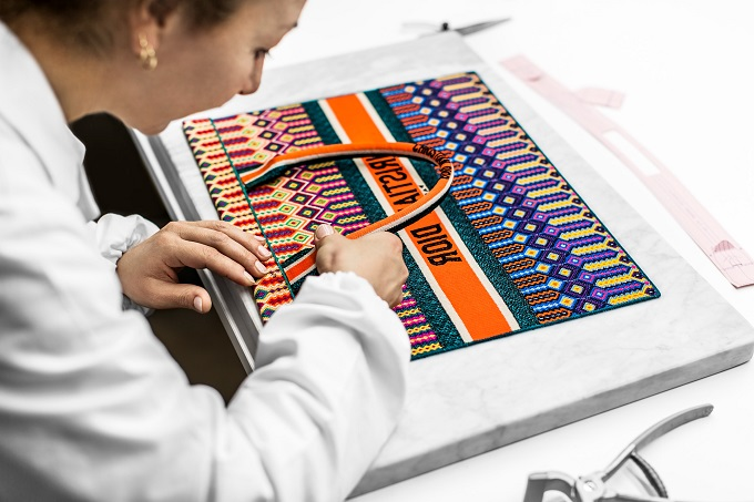 Dior The making of the embroidered Book Tote Bag fashionpress.it