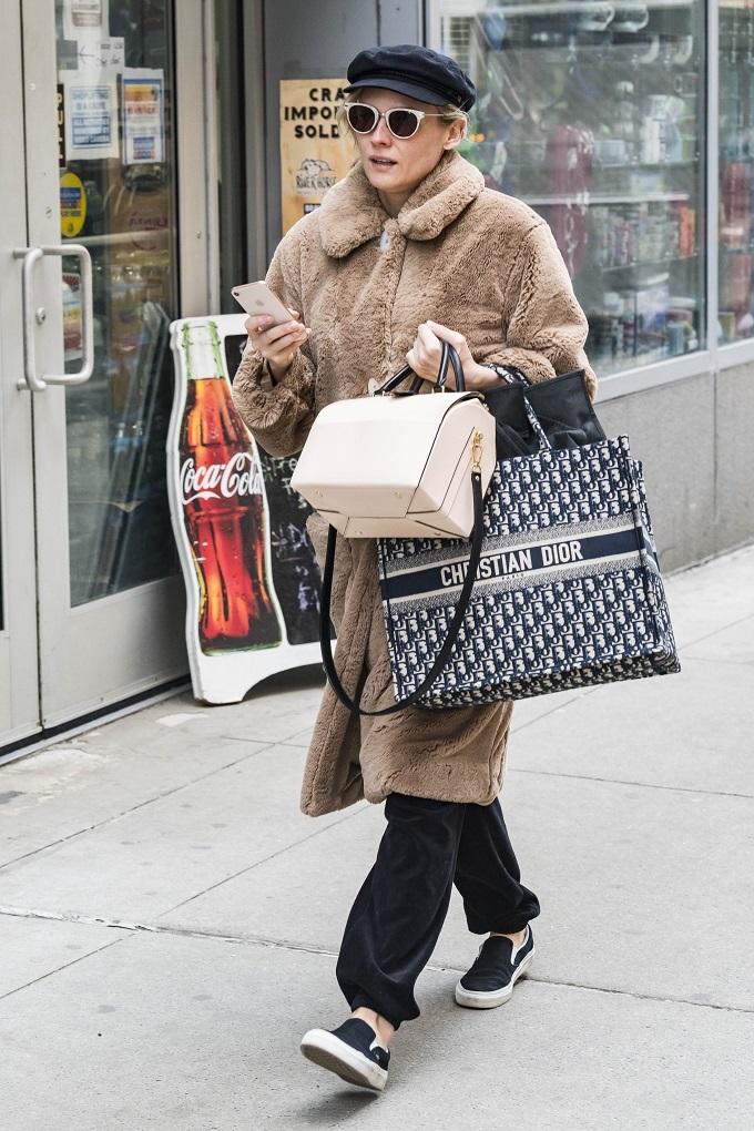Stars in Dior: Dior Book Tote - Vip Streetstyle