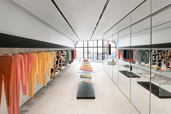 Issey Miyake apre un nuovo negozio nel distretto londinese di Mayfair.