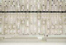 Empty Space Maria Grazia Chiuri ha svelato la sua collezione haute couture autunno-inverno 2018-2019 nei giardini del Musée Rodin. Scopri la scenografia della sfilata.