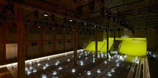 AMO trasforma il Deposito - lo spazio più teatrale del complesso della Fondazione Prada - in una cornice polifunzionale per ospitare la sfilata Prada Donna Primavera/Estate 2019.