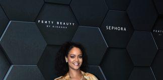 Rihanna ha indossato l'abito trench Trompe L'oeil in seta della prima collezione di sfilata SS19 di Riccardo Tisci all'evento di lancio di Fenty Beauty a Dubai.