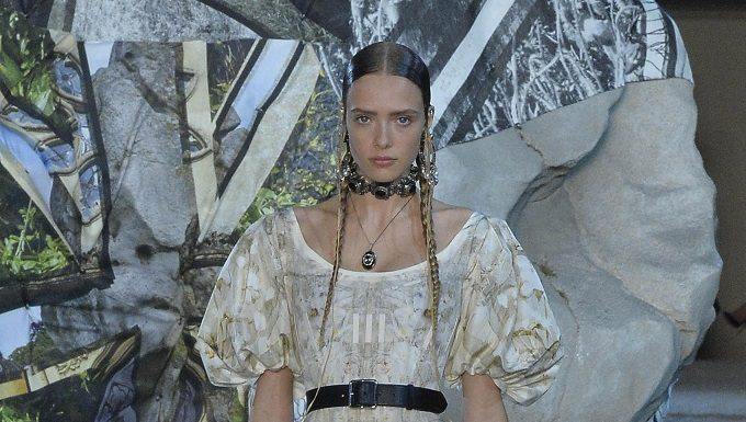 The woman warrior gets romantic at McQueen show SS19 FASHIONPRESS.IT