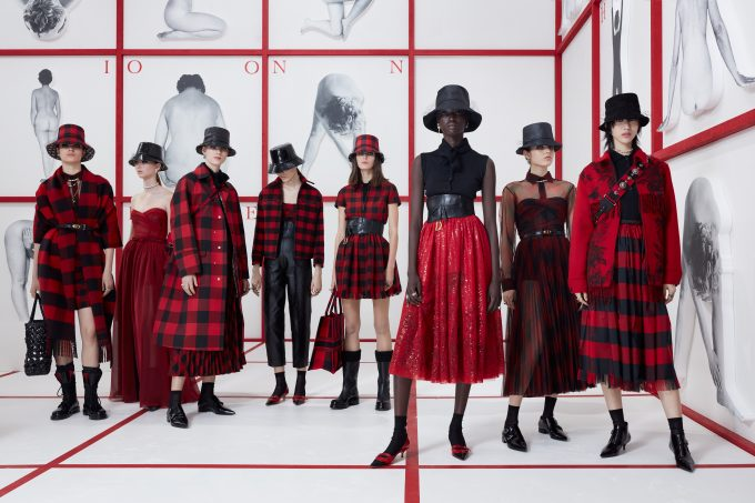 "Dior FW19: ""Sisterhood is global"", si legge sulle stampe delle t-shirt. Collezione ispirata alle 'Teddy Girl'"