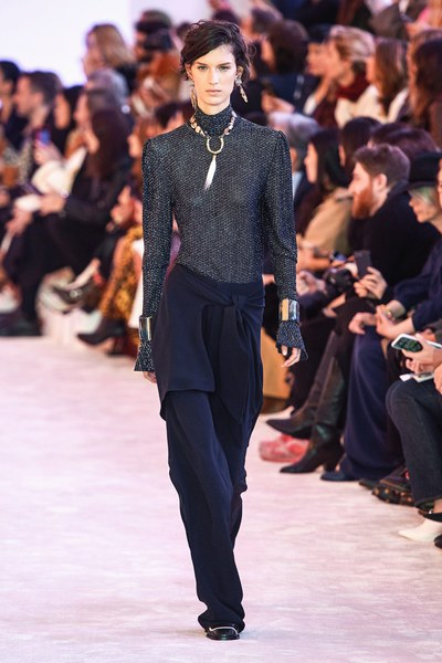 Chloé tips hat to Lagerfeld's 'genius' at Paris show fashionpress.it