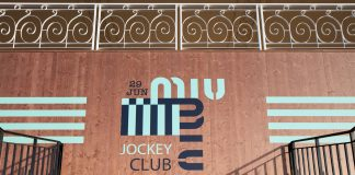 Miu Miu: la sfilata Croisière 2020 nell' ippodromo di Parigi