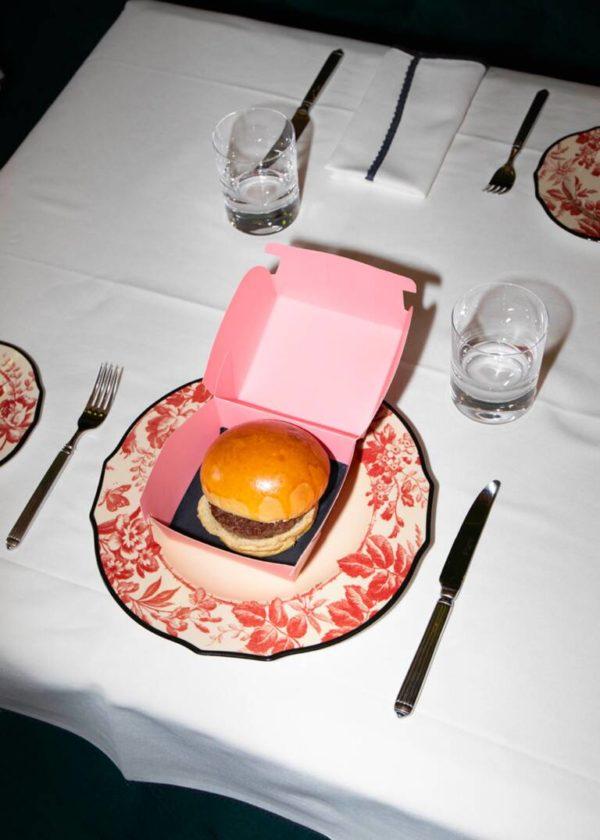 Gucci Osteria Massimo Bottura, chef stellato Michelin, rivisita un iconicopiatto americano.