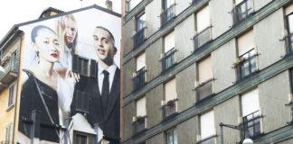 Mahmood ritratto a Milano davanti al wall della campagna Burberry Festive 2019 della quale è protagonista.