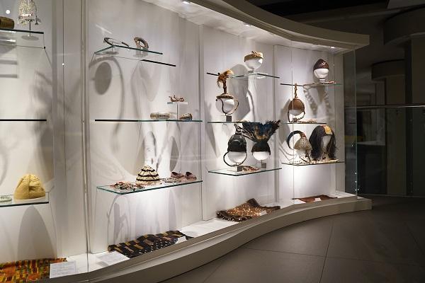 """""""La moda nel mondo: i vestiti raccontano la vita dei popoli"""": una mostra a Parma con i manichini Bonaveri"""