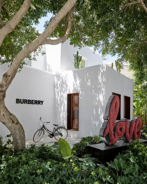 Burberry riapre il pop-up store a Nammos Village, Mykonos