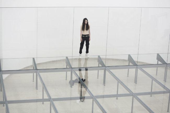 Riccardo Tisci invita l'artista Anne Imhof a collaborare alla sfilataPrimavera / Estate 2021 di Burberry
