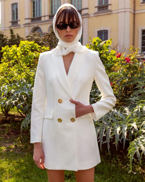 Julia Oli models chic ensamble forFashionpress.it byDomenico Donadio